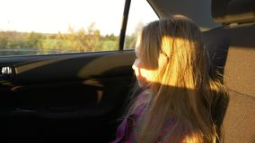 年轻白女孩在汽车和跳跃的颠簸坐爆沸 手扶的射击的慢动作关闭 股票视频