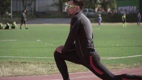 2019?3?2? 乌克兰,基辅 题材体育和健康 年轻白种人人做舒展做准备的锻炼准备 影视素材