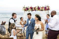 年轻白种人夫妇` s婚礼之日 库存图片