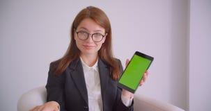 年轻白种人女实业家特写镜头画象玻璃的使用片剂和显示对照相机坐的绿色屏幕 股票视频