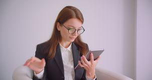 年轻白种人女实业家特写镜头画象玻璃的使用片剂和显示对照相机的绿色色度屏幕 股票视频