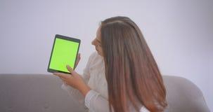 年轻白种人女实业家特写镜头画象玻璃的使用片剂和显示绿色色度关键屏幕 股票视频