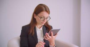 年轻白种人女实业家特写镜头画象玻璃的使用片剂和显示绿色色度关键屏幕 股票录像