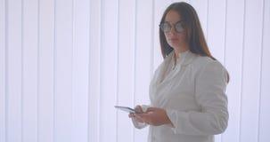 年轻白种人女性医生特写镜头画象玻璃的使用片剂和显示对照相机的绿色屏幕 影视素材