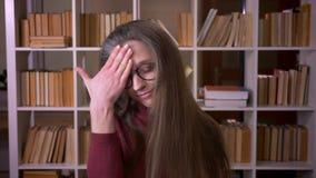 年轻白种人女生特写镜头画象做面孔棕榈懊恼和被激怒的看的玻璃的 股票视频
