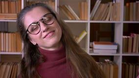 年轻白种人女生特写镜头画象愉快地跳舞在照相机前面的玻璃的在学院 影视素材