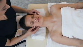 年轻白种人妇女有在面孔的治疗按摩在按摩沙龙 股票录像