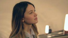 年轻白种人妇女爬上在地铁的自动扶梯 股票视频