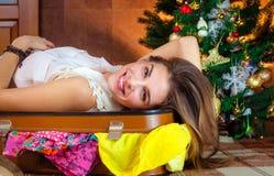 年轻白种人妇女,旅游在新年在圣诞树附近 快乐,愉快,好的女孩微笑 旅行的准备 图库摄影