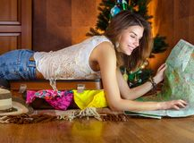 年轻白种人妇女,旅游在新年在圣诞树附近 快乐,愉快,好的女孩微笑 旅行的准备 库存图片