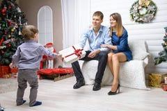 年轻白种人家庭侧视图-妈妈和爸爸坐的下t 库存图片