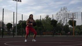 体育和健康生活方式 年轻白种人有纹身花刺的妇女卷发 做锻炼训练腿肌肉的运动员 股票录像