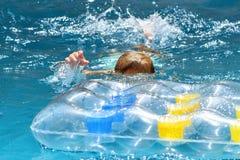 年轻白种人男孩游泳 免版税库存图片