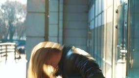 年轻白肤金发的妇女画象在照相机和舞蹈看在日落光芒  股票视频