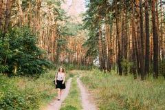 年轻相当加上路的大小白种人愉快的微笑的女孩妇女 库存照片