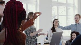 年轻确信的白肤金发的女商人领导谈话与愉快的伙伴在现代办公室会议慢动作红色史诗 股票视频