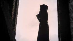 年轻站立在被放弃的大厦的hijab的难民回教妇女,吓唬和害怕 股票录像