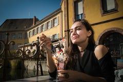年轻端庄的妇女在一个地方咖啡馆坐在城市散步 图库摄影