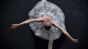 年轻端庄的妇女芭蕾舞女演员剪影在分裂放置,舒展概念,芭蕾概念,顶面射击 股票录像