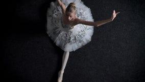 年轻端庄的妇女芭蕾舞女演员剪影坐分裂,舒展概念,芭蕾概念,顶面射击 影视素材