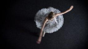 年轻端庄的妇女芭蕾舞女演员剪影芭蕾舞短裙的从一个角落到另一个,芭蕾概念,顶面射击spining 股票录像