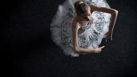 年轻端庄的妇女芭蕾舞女演员剪影芭蕾舞短裙的spining,移动的手,芭蕾概念,运动概念,顶面射击 股票视频