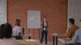 年轻精力充沛的老师在大学带领一个教训 4K 影视素材