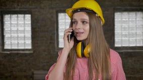 年轻紧张的女孩建造者在电话,通信构想谈话 股票录像