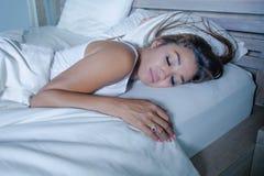 年轻美丽和疲乏的亚裔妇女睡觉的20s或的30s平安地休息愉快和轻松在家作梦在她的床apartm 免版税库存照片