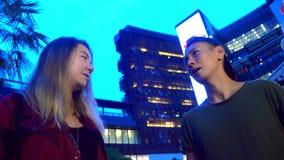 年轻美丽的亚裔夫妇、人和女孩互相谈话,站立在城市的街道上 影视素材