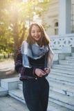 年轻美丽的俏丽的女孩在日落微笑着 库存照片