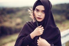 年轻美丽的回教妇女时尚画象  免版税库存照片