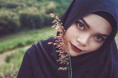 年轻美丽的回教妇女时尚画象  免版税库存图片