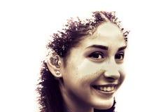 年轻美丽的女孩两次曝光在叶子和树中的 可爱的夫人画象与树的照片结合了 库存图片