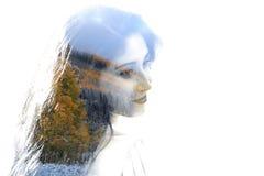 年轻美丽的女孩两次曝光在叶子和树中的 可爱的夫人画象与树的照片结合了 图库摄影