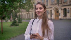 年轻美丽的女孩在夏天,想法的过程,通信概念创造在她的智能手机的消息 影视素材