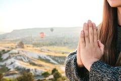 年轻美丽的女孩实践的瑜伽在一座山顶部在日出的卡帕多细亚 放松实践  库存图片