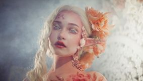 年轻美丽的女孩矮子 创造性的构成和bodyart 库存图片