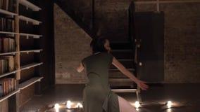 年轻美丽的女孩芭蕾舞女演员是跳舞,下来,在背景,芭蕾概念,运动概念的台阶 影视素材
