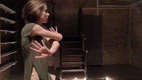 年轻美丽的女孩芭蕾舞女演员跳舞,在背景芭蕾概念,运动概念的台阶 股票录像