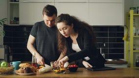 年轻美丽的女实业家下班回家啊家庭,她英俊的丈夫在kithcen烹调,她要求 影视素材