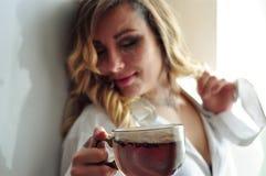年轻美丽的妇女喝茶 免版税库存照片