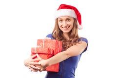 年轻美丽的妇女在拿着一个新年圣诞节节日礼物的手上 库存照片