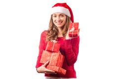 年轻美丽的妇女在拿着一个新年圣诞节节日礼物的手上 库存图片