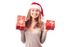年轻美丽的妇女在拿着一个新年圣诞节节日礼物的手上 免版税库存照片