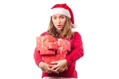 年轻美丽的妇女在拿着一个新年圣诞节节日礼物的手上 免版税库存图片