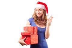 年轻美丽的妇女在拿着一个新年圣诞节节日礼物的手上 免版税图库摄影