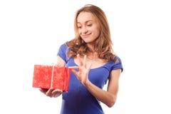 年轻美丽的妇女在拿着节日礼物的手上 库存图片