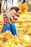 年轻美丽的妇女在晴朗的公园 库存照片