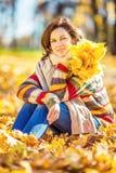 年轻美丽的妇女在晴朗的公园 免版税库存图片